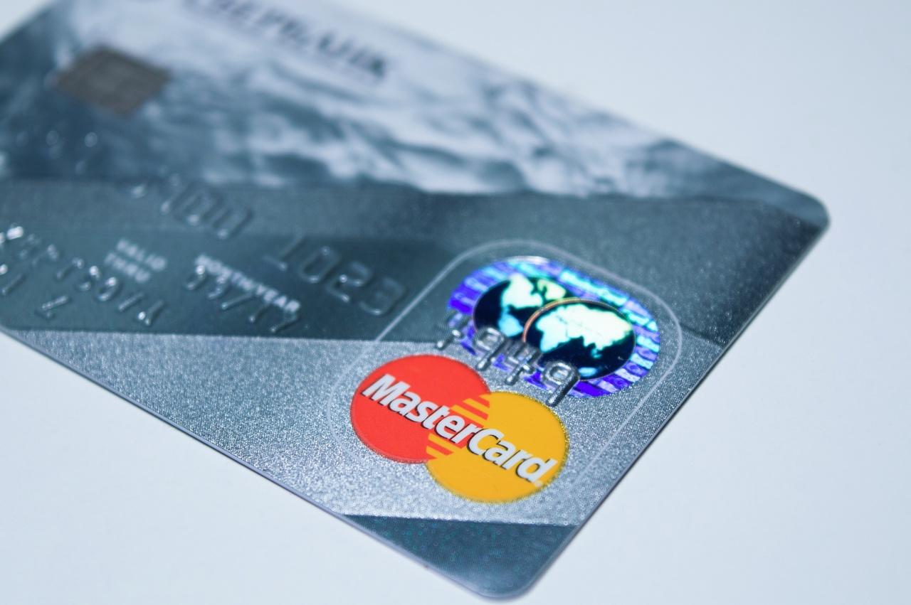 É possível negociar a anuidade do cartão de crédito